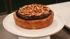 Banankage er en lækker dansk opskrift af Ole Kristoffersen - Lagkagehuset fra FRIs Bageri, se flere dessert og kage på mad.tv2.dk