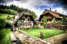 Beleef het Zwarte Woud in 9 tradities. Het #ZwarteWoud, in het zuidwesten van #Duitsland in de deelstaat #BademWürttemberg, biedt het ideale decor om te #wandelen, #fietsen en genieten van de #natuur. Maar wist je dat er nog verschillende levende tradities te vinden zijn? En ook om z'n typische #souvenirs staat de regio alom bekend. Inspiratie genoeg voor een cadeautje voor de thuisblijvers.