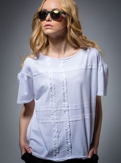 BLUZKA Z FALBANKAMI   ::   Bluzka z krótkim rękawem typu oversize. Uszyta z supermiękkiej, przyjemnej w noszeniu bawełny. Przód bluzki zdobią efektowne, drobne falbanki z batystu, zaś brzegi batystowa tasiemka. Oryginalny rękaw jest lekko przymarszczony.  #bluzka #bluzki #bawełna #falbanki #batyst  http://www.mapepina.pl/kobieta/bluzka-biala-z-falbankami.html
