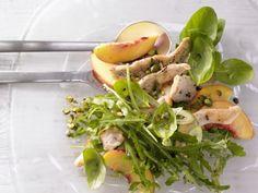 Pfirsich-Rucola-Salat mit gebratenem Hähnchenbrustfilet sieht schön aus, macht satt und ist sommerlich leicht, frisch und fruchtig.