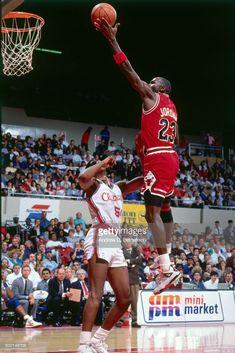 Fotografia de notícias : Michael Jordan of the Chicago Bulls shoots a lay...