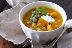 Here& a hearty curried pumpkin and chickpea soup to warm up your insides and fill you up! Vegetarian Soup, Healthy Soup, Healthy Recipes, Vegetarian Dinners, Fructose Free Recipes, Cauliflower Soup Recipes, Chickpea Soup, Sweet Potato Noodles, Winter Soups