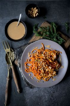 Rohe Möhren-Nudeln mit Erdnuss Sauce.