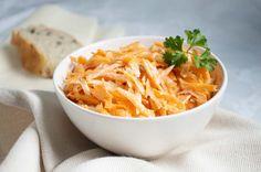 Der Sellerie-Karotten-Salat ist eine gesunde Abwechslung in der kalten Jahreszeit. Ein sehr vitaminreiches Rezept.