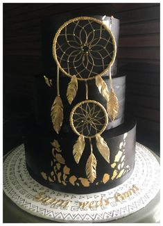 'Even in the blackest of nights, may you always catch golden dreams'. Black and gold dreamcatcher wedding cake Pretty Cakes, Beautiful Cakes, Amazing Cakes, Cupcakes, Cupcake Cakes, Native American Cake, Dream Catcher Cake, Boho Cake, 4th Birthday Cakes