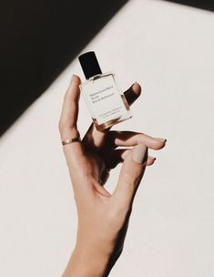 Perfume for hand modeling - Beauty Photography Beauty Photography, Hand Photography, Photography Branding, Still Life Photography, Fashion Photography, Product Photography, Cosmetic Photography, Photography Ideas, Modeling Photography