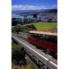 """Wellington, Nueva Zelanda  La capital de Nueva Zelanda, Wellington, es una ciudad perfecta para caminar anidada entre la base de una montaña y un océano. La ciudad por sí misma tiene muchas atracciones, incluyendo un famoso zoológico. Pero muchos turistas eligen tomar los viaje fuera de la ciudad para observar los magníficos paisajes donde fue filmada """"El Señor de los Anillos""""."""