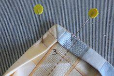 Scuola di cucito: Come cucire una tovaglia con i tovaglioli Craft Tutorials, Sewing Tutorials, Sewing Patterns, Sewing Hacks, Sewing Crafts, Sewing Projects, Diy Projects, Pochette Diy, Felt Fabric