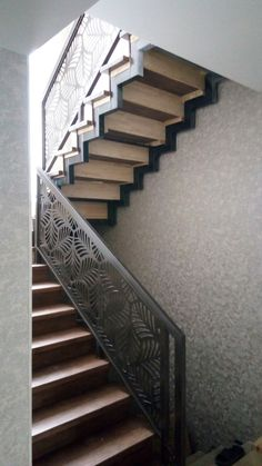 Staircase Handrail, New Staircase, Stair Railing, Staircase Design, Building An Addition, Balcony Railing Design, Steel Stairs, Cube Design, Modern Stairs