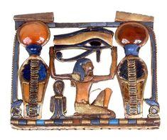 Motif ajouré à symbolique complexe : le dieu Heh (symbolisant les millions d'années) supporte un Oudjat représentant l'Oeil d'Horus, la divinité solaire, flanqué de 2 uraei dressées et d'un tit (noeud d'Isis) en protection. La composition est encadrée des deux stypes de palmier habituelles, attributs du dieu Heh.