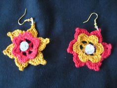 orecchini rossi e giallo oro lavorati alluncinetto. rifinito con uno strass al centro.