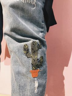 """Модный тренд 2017 - джинсы с вышивкой.   Всем привет! Меня тоже не обошел стороной тренд на вышивку на джинсах но я пошла еще более опасным путем! Каким? Читайте ниже!  Как обычно бывает я задумала себе светлые джинсы с кактусами и нигде не могла их найти и тут совершенно случайно наткнулась на них на сайтеwww.zaful.comв разделе""""distressed boyfriend jeans"""". Ну думаю все судьба! И купить джинсы и наконец попробовать заказать их онлайн! Я очень долго думала мерила свои параметры а когда…"""