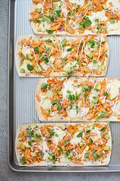 This skinny buffalo chicken flatbread pizza is a lighter way to enjoy the flavor of buffalo chicken wings. If you like it spicy, you& love this healthy flatbread recipe! recipes for kids Buffalo Chicken Pizza, Healthy Buffalo Chicken Dip, Buffalo Chicken Flatbread Recipe, Buffalo Chicken Recipes, Healthy Chicken, Healthy Flatbread Recipes, Healthy Recipes, Healthy Food, Healthy Flatbreads