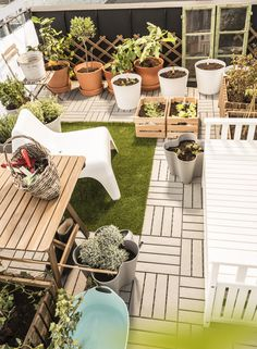 MUSKOT sierpot | IKEA IKEAnl IKEAnederland inspiratie wooninspiratie interieur wooninterieur buiten balkon outdoor tuin stoel zomer lente wit fauteuil KNAGGLIG kist INGEFÄRA bloempot met schotel groen plant planten IKEA PS VÅGÖ tuinstoel ASKHOLMEN tafel RUNNEN vlonder