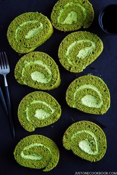 Matcha Swiss Roll Roll Cake - Fluffy sponge cake rolled up with fresh matcha cream in the middle this Matcha Swiss Roll will be an instant favorite Japanese dessert matcharecipe matchacake SwissRoll rollcake Easy Japanese Recipes at Japanese Cake, Japanese Sweets, Japanese Food, Chinese Food, Japanese Chiffon Cake Recipe, Korean Food, Japanese Sponge Cake Recipe, Desserts Japonais, Bolo Chiffon