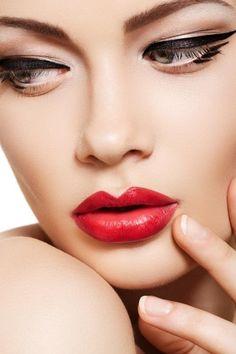 """Piękna i romantyczna. Wydaje się, że to klasyczny makijaż z jasnymi, czerwonymi ustami:) A tak naprawdę ciekawa kreska dodaje """"pazura"""" i sprawia, że oczy wyglądają  romantycznie"""