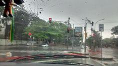 Dirigindo em dia de chuva na avenida Engenheiro Caetano Álvares, esquina com a Avenida Voluntários da Pátria