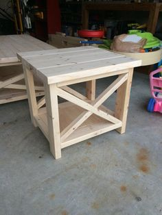 √ 35 Best DIY Farmhouse Table Plans for Your Dining Room - Pallet Furniture Project Rustic End Tables, Diy End Tables, Furniture Projects, Home Furniture, Modern Furniture, Pallet Furniture End Table, Antique Furniture, Furniture Design, Pallet Couch