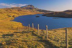 Foto do Old Man of Storr na ilha de Skye, na Escócia.  Parte da Grã-Bretanha Express Travel and Heritage Library Imagem, coleção Escócia.