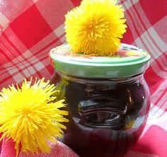 Domácí med připravený z květů pampelišky. Z této dávky jsou dvě skleničky a kousek. Skleničky mají obsah 400 ml. Proti světlu má barvu med žlutou.