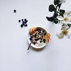 «A perfect breakfast for this sunny spring day. Bircher muesli topped with apple slices, raisins, pepitas, fresh blueberries + soy apricot yogurt.»