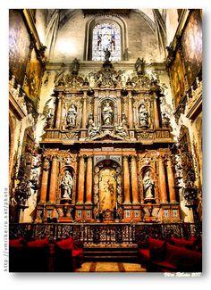 """SEVILHA: Catedral de Sevilha. Retábulo da capela de """"La Virgen de la Antigua"""".    O retábulo de mármores coloridos foi mandado construir em 1738, pelo bispo D. Luis de Salcedo y Azcona, que escolheu esta capela para a sua sepultura. O retábulo foi desenhado por Juan Fernández de Iglesias e as esculturas de mármore são obra de Pedro Duque Cornejo."""