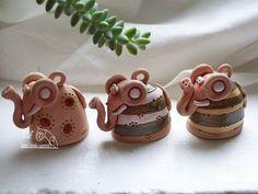 zvoneček sloník Bruník Keramický ručně modelovaný zvonek. Glazovaný barvami s efekty. Bruník s možností výběru barev a motivů. Milý dáreček pro každou příležitost. rozměr...výška 5 cm Ceramic Animals, Clay Animals, Paper Clay, Clay Art, Hand Built Pottery, Pinch Pots, The Potter's Wheel, Pottery Classes, Clay Ornaments