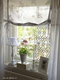 suave paisagem emoldurada por uma linda janela