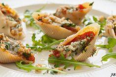 Het is weer tijd voor een heerlijk recept van Caroline. Dit keer maakte ze Italiaanse pastaschelpen, gevuld met gorgonzola en getopt met walnootkruim; een recept uit het juni-nummer van Delicious. Een feestje op je bord en in je mond! Verwarm je oven voor op 200 graden. Bak de oregano samen met de knoflook in de olijfolie …