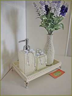 Kit contém: - porta sabonete líquido ou porta álcool gel de - difusor de varetas, - vaso de garrafa todas peças são de vidro e d… Diy Bottle, Bottle Art, Bottle Crafts, Diy Home Crafts, Diy Arts And Crafts, Diy Home Decor, Pearl Crafts, Glamour Decor, Pearl Design