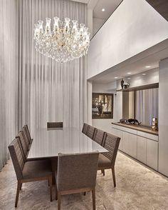 Sala de jantar com pé direto duplo by Arquiteta Manuela Sena  @_decor4home