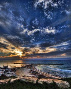 Einer der Strände von Tel Aviv am späten Nachmittag   © Ronsho