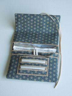 Blague à tabac / Pochette à tabac pratique en tissu japonais bleu de prusse motif petit asanoha Diy Pochette, Magic Bag, Couture Sewing, Leather Pouch, Pattern Making, Purses And Bags, Sewing Crafts, Diy And Crafts, Sewing Patterns