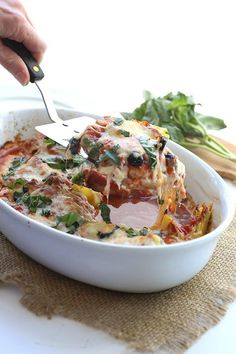 Mediterranean Diet Plan This simple low carb chicken dish is easy to make and packed with great Mediterranean flavours. It's quickly becoming a family favourite in our house! Healthy Recipe Videos, Good Healthy Recipes, Healthy Dinner Recipes, Healthy Snacks, Healthy Eating, Cooking Recipes, Diner Recipes, Keto Recipes, Paleo Meals