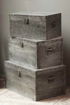 Z-Set of 3 Wood Trunk Boxes Covered in Distressed Metal Sheeting Wooden Trunks, Old Trunks, Vintage Trunks, Trunks And Chests, Vintage Box, Antique Trunks, Vintage Crates, Wooden Chest, Diy Kit