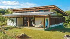 Um refúgio econômico e ecológico. Baixo custo, materiais leves e respeito à natureza nortearam o projeto desta casa no litoral paulista.