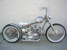 Si no fuese por las ruedas, la moto se confunde con la pared.