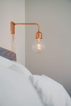 Det tysta läget gör att man sover gott om natten Pretty Bedroom, Home Staging, Wall Lights, Interior Design, House Styles, Lighting, Home Projects, Ideas, Home Decor