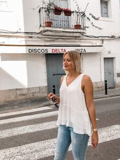 Mein Frühsommer Outfit: Ärmellose Bluse, Jeanshose und Ballerinas Fashion Weeks, Bluse Outfit, German Fashion, Ballerinas, Jeans, Camisole Top, Alice, Tank Tops, Streetstyle