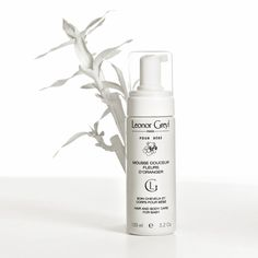 Hypoallergenic, compact foam, perfumed with genuine orange blossom. It cleanses and protects baby's skin and hair without stinging the eyes.