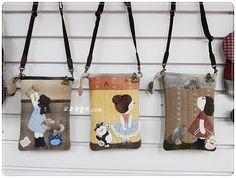 발레소녀와 함께 신이나서 춤을 추고 있는 슈나우저 강아지 미니크로스백입니다. 발레소녀는 발레수업 중에... Patchwork Bags, Quilted Bag, Mini Purse, Mini Bag, Fabric Wallet, Side Bags, Handmade Purses, Purse Patterns, Sewing Rooms