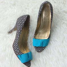 "✨HP✨ J. Crew Bow Toe Heels Excellent used condition J. Crew black and white floral heels with a peep toe and turquoise bow. 3.5"" heel. Size 7.5. Fabric upper. Slight dingy bow with slightly frayed edges. No marks on floral fabric. No trades, offers welcome. J. Crew Shoes Heels"