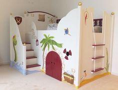 Überbreites Kinderbett als Piratenbett handbemalt im Piratenstyle.