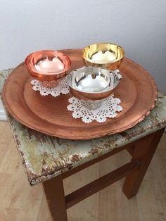 Gammel krakk etter min bestefar, kobberfat og hekla brikker etter mine bestemødre møter nye skåler i metall fra Bohus.