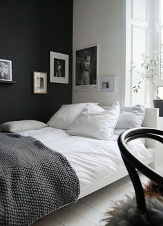 Hauska tuossa kulmassa vastaväri seinä/taulu. guest bedroom, lovely dark grey wall and bed through