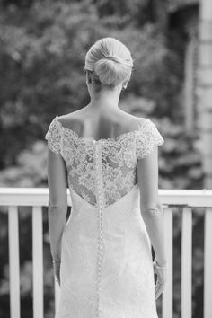 Charleston bride, Sarah, shows off the back of her elegant #Eringown by #ModernTrousseau. Image courtesy of #LeighWebberPhotography.