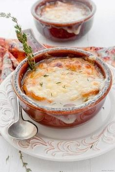 French Onion Soup _ This time there were so many onions at the market that I took it as a clear sign: Onion soup. Never made this soup before? It's a lot simpler than it sounds/looks! Great Recipes, Favorite Recipes, Yummy Recipes, Drink Recipes, Onion Soup Recipes, Soup And Sandwich, I Love Food, Soups And Stews, Gastronomia