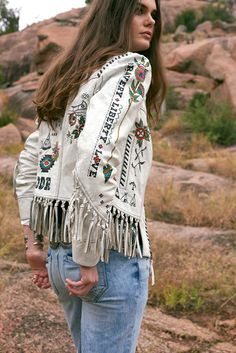 These jackets have me swooning! Jackets are a great way to make a statement with your style and there are so many unique looks on the market right now. Cowgirl Outfits, Western Outfits, Western Wear, Boho Outfits, Mode Hippie, Bohemian Mode, Boho Chic, Boho Gypsy, Cowgirl Chic