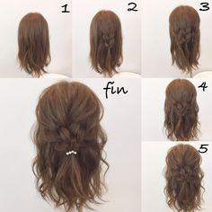 超簡単ヘアアレンジ 1、軽く巻きます 2、トップの部分を三つ編みします 3、横も三つ編みします 4、3つの三つ編みを結びます 5、全体的に崩して ゴムのところにヘアアクセつけて完成!