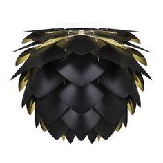 Den stilrena och unika Silvia lampan i svart är designad av det danska varumärket Vita. Silvia är en lampskärm som kommer omonterad i en platt box med enkla instruktioner för montering. Använd skärmen som taklampa eller bordslampa och matcha den gärna med andra stilsäkra produkter från Vita! Välj mellan olika storlekar.